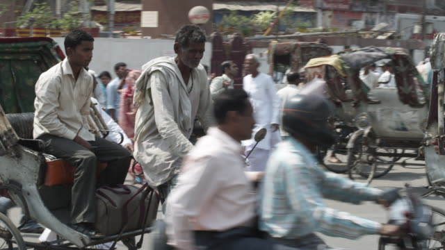 ws pan cycle rickshaw passing on busy city street / patna, bihar, india - pedicab stock videos and b-roll footage