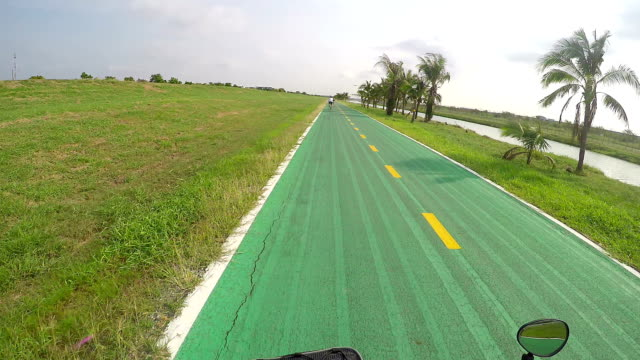 stockvideo's en b-roll-footage met cycling a bike with gopro point of view - championship