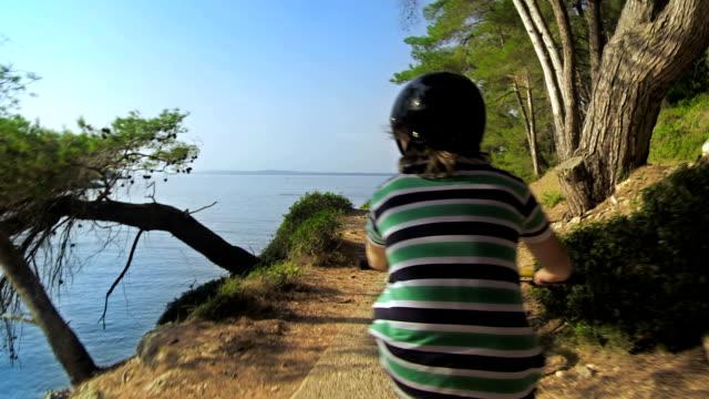 vídeos de stock e filmes b-roll de hd: ciclismo ao longo do litoral - baía