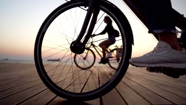 vídeos de stock e filmes b-roll de cycling by the sea - ciclismo