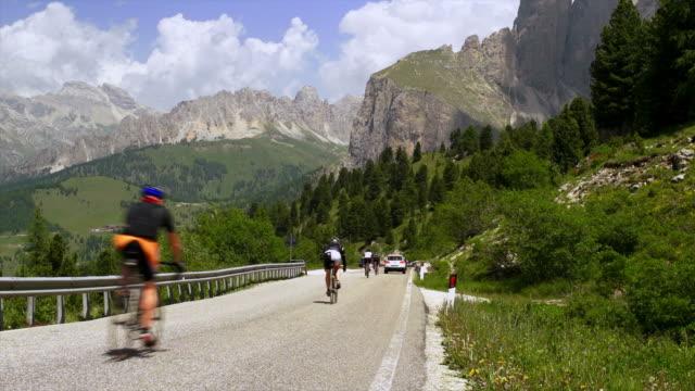 vídeos y material grabado en eventos de stock de pov ciclismo de montaña en descenso una ruta - alto adigio