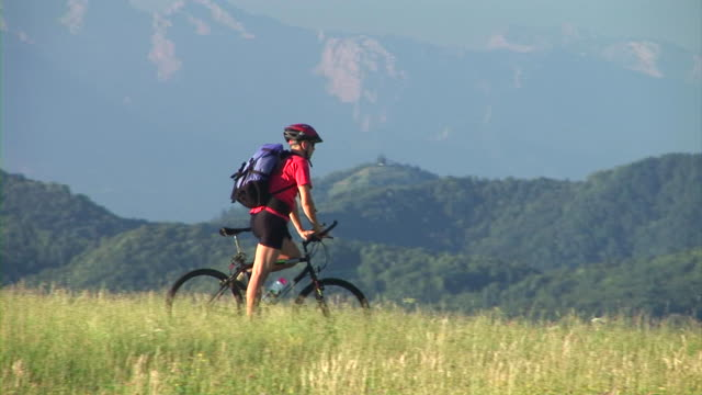 hd: cycling-downhill - helm stock-videos und b-roll-filmmaterial