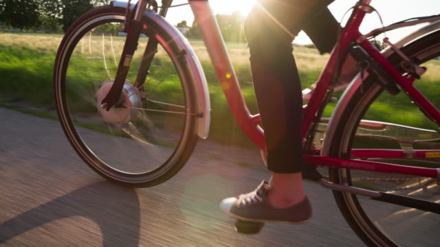Cycling Electric Bicycle im Sonnenlicht