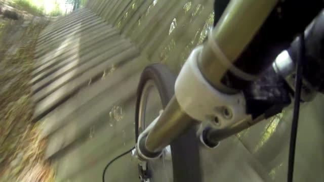 vidéos et rushes de cycling in forest - faire du vélo tout terrain