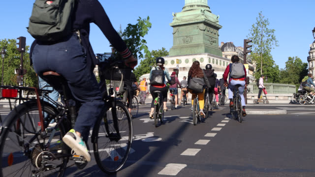 vidéos et rushes de cycling in paris - grand groupe de personnes
