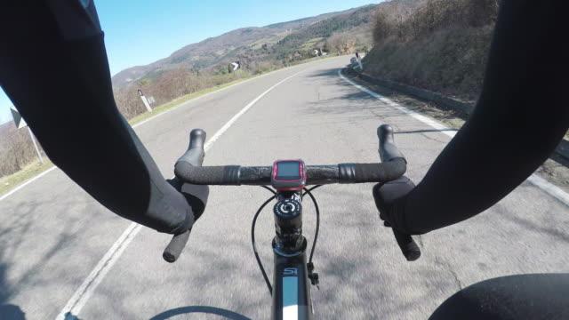vídeos de stock, filmes e b-roll de ciclismo na bela toscana, na temporada de inverno. pov - ponto de vista de câmera