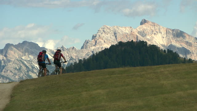 cycling in the mountains - alpi video stock e b–roll