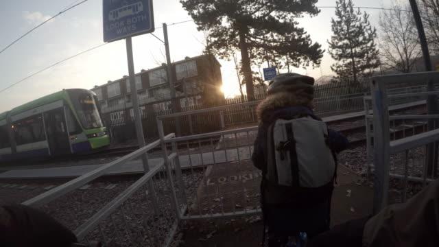 vidéos et rushes de cycling to school - ligne de tramway