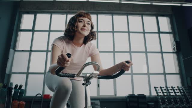 vídeos de stock e filmes b-roll de cycling! - ginásio