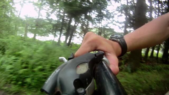 vídeos y material grabado en eventos de stock de a cyclist changes gears on his bike as he rides along a path in pennsylvania. - manillar