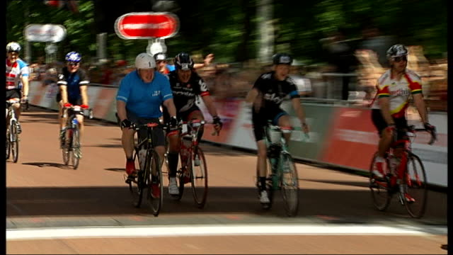 cyclist dies after colliding with lorry in north london t04081327 / tx boris johnson crossing finish line on the mall to complete 100 mile race... - マイル点の映像素材/bロール