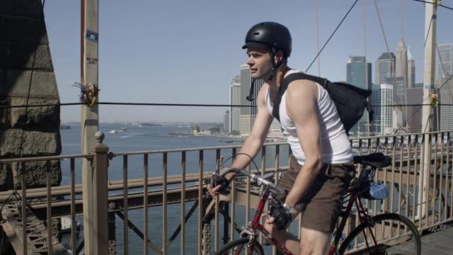 cyclist enjoying the view on the brooklyn bridge. - boundary stock videos & royalty-free footage