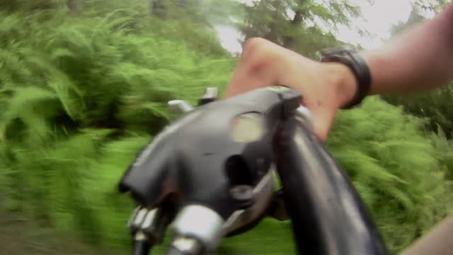 vídeos y material grabado en eventos de stock de a cyclist grips his bike's handlebar as he rides along a path in pennsylvania. - manillar