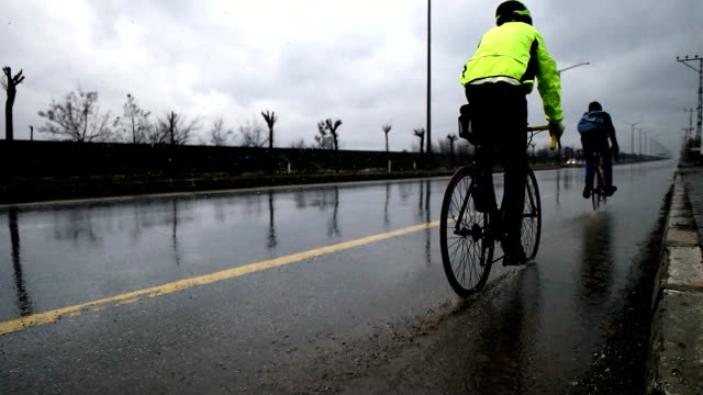 stockvideo's en b-roll-footage met slow mot - fietser in de regen - rijwiel