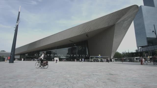 vídeos y material grabado en eventos de stock de cyclist on square, central station rotterdam, the netherlands - rotterdam