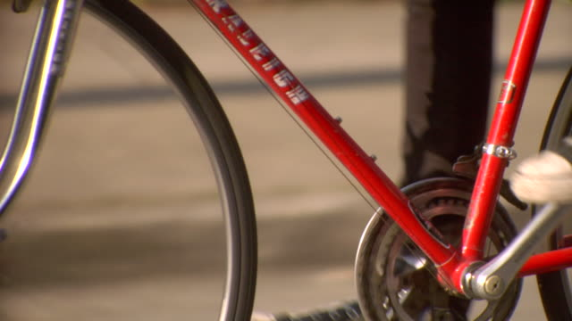 vídeos de stock e filmes b-roll de cu slo mo ts cyclist riding bicycle / vancouver, british colombia, canada - sapato