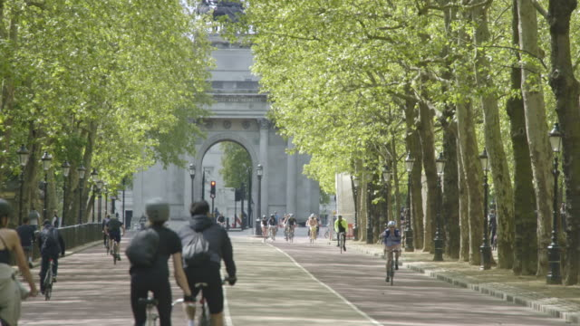 cyclists and walkers get out and exercise at constitution hill during the coronavirus pandemic on may 02, 2020 in london, england. the uk remains in... - outdoors stock videos & royalty-free footage