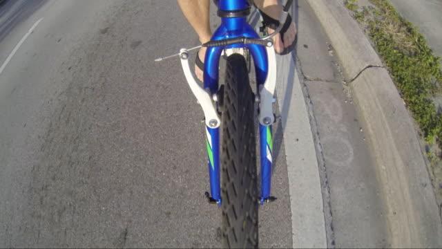 vidéos et rushes de hd: cycliste le long des jambes - en individuel