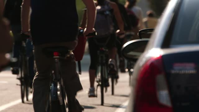 vidéos et rushes de cyclists on city bicycle lane - montréal
