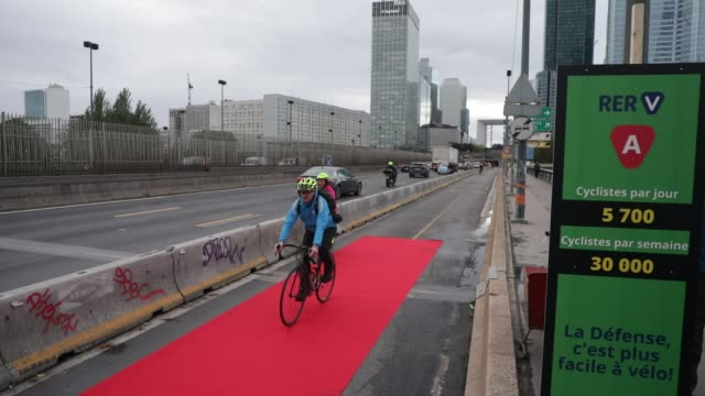 "cyclists pass on a red carpet as the collectif ""vélo île-de-france"" organises a happening on the ""coronapiste"" of pont de neuilly in order to promote... - île de france stock-videos und b-roll-filmmaterial"