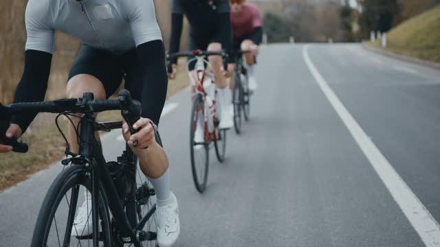 vidéos et rushes de cyclistes course sur des routes de campagne - trois personnes