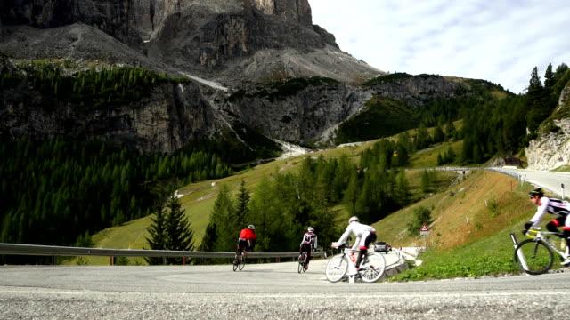 vídeos y material grabado en eventos de stock de los ciclistas montando por la gardena aprobado en south tyrol - alto adigio
