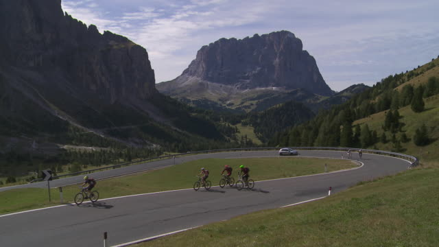 ha cyclists riding up the gardena pass in the dolomites mountains   - langkofel stock videos & royalty-free footage