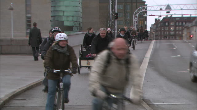 cyclists travel through copenhagen at rush hour. - kopenhagen stock-videos und b-roll-filmmaterial