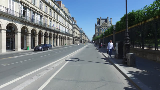 vidéos et rushes de cyclists use a newly converted bike lane on rue de rivoli in paris, france. france has started a progressive relaxation of its foreclosure measures... - plan en travelling