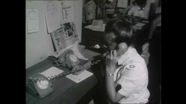 vídeos de stock, filmes e b-roll de cyclone tracy emergency response coordination centre victoria police officer talks on phone / red cross volunteer women check paperwork / cu red... - responder