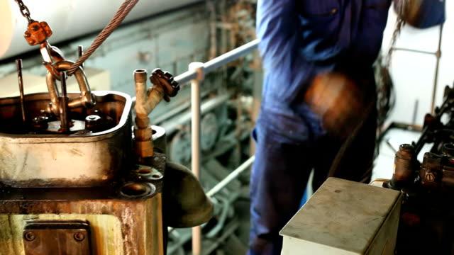 stockvideo's en b-roll-footage met cylinder head lifting - machinekamer