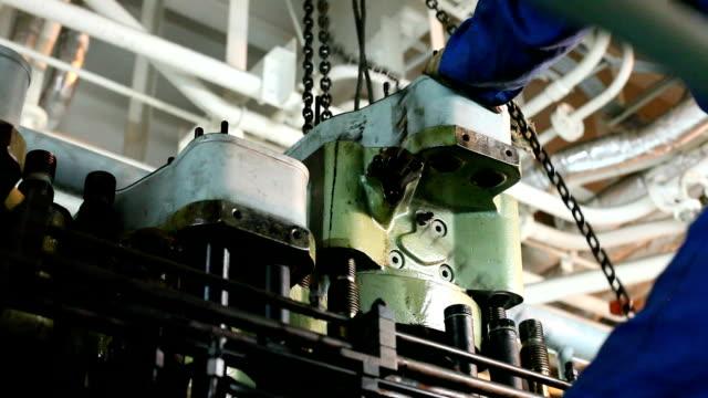 zylinder head - wiederaufbau stock-videos und b-roll-filmmaterial