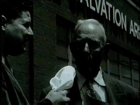 vidéos et rushes de cyman hall was released from prison in 1954 after serving 55 years in chicago - 1954