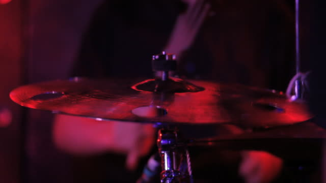 vidéos et rushes de c/u cymbal, drums and drummer, red light - drummer