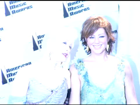 stockvideo's en b-roll-footage met cyndi lauper and sarah mclachlan at the 2005 american music awards press room at the shrine auditorium in los angeles, california on november 22,... - cyndi lauper
