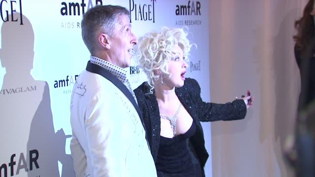 stockvideo's en b-roll-footage met cyndi lauper and simon doonan at the 2010 amfar new york inspiration gala at new york ny. - cyndi lauper