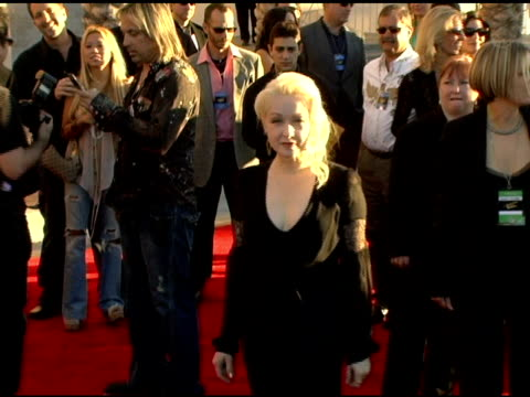 stockvideo's en b-roll-footage met cyndi lauper at the 2005 american music awards arrivals at the shrine auditorium in los angeles, california on november 22, 2005. - cyndi lauper