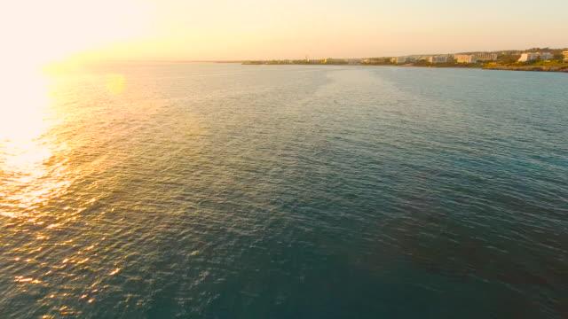 キプロス、アギア ナパ。空撮。美しい夜の風景や海の波。 - クワッドコプター点の映像素材/bロール