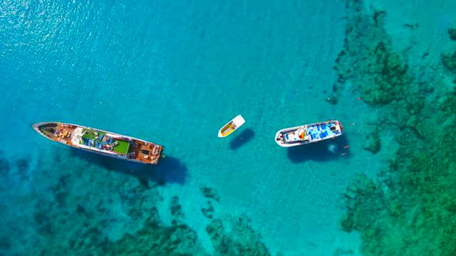 キプロス、アギア ナパ。空撮。ブルーラグーン。美しい風景と海の波