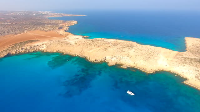 Cyprus, Ayia Napa. Luchtfoto. Blauwe lagune. Prachtige landschap en de zee golven