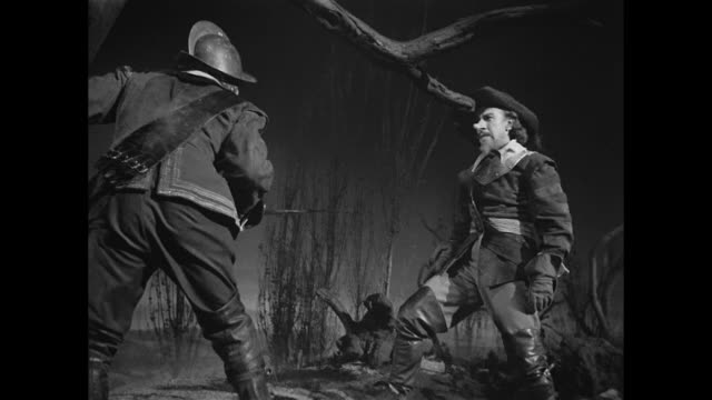 cyrano de bergerac (josé ferrer) defends himself against a soldier - xvii° secolo video stock e b–roll