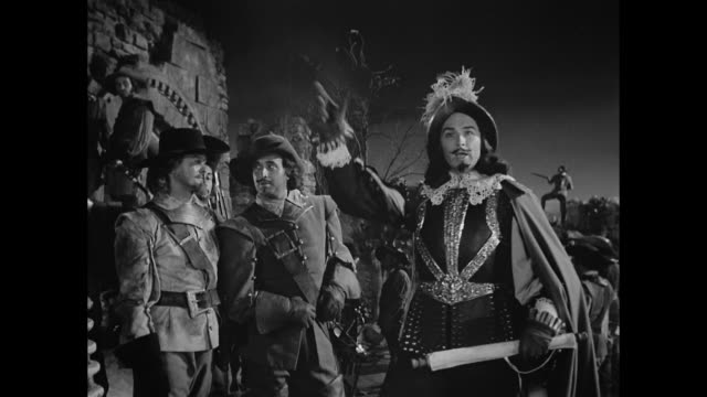 cyrano de bergerac (josé ferrer) humiliates an egotistical colonel (ralph clanton) - cyrano de bergerac stock-videos und b-roll-filmmaterial