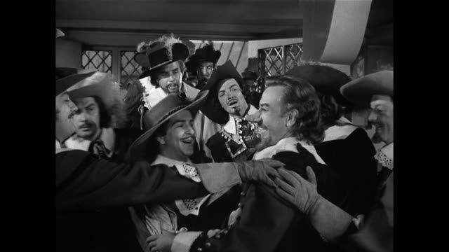 cyrano de bergerac (josé ferrer) is honored for his bravery - xvii° secolo video stock e b–roll