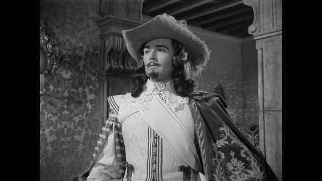 cyrano de bergerac (josé ferrer) mocks a man (ralph clanton) - cyrano de bergerac stock-videos und b-roll-filmmaterial