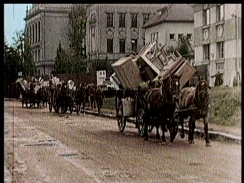 vídeos de stock e filmes b-roll de czech citizens hurry to evacuate the country upon germany's invasion / horse drawn wagons are overloaded with personal belongings / dr emil h?n++cha... - república checa