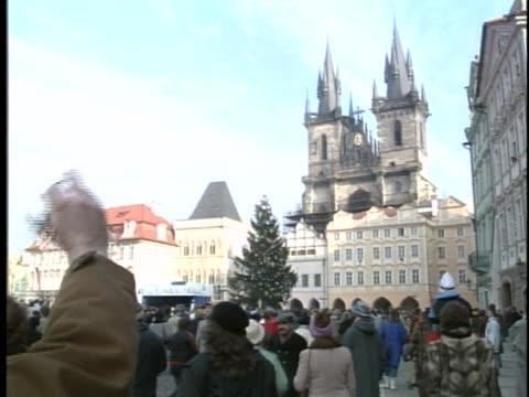 vídeos de stock, filmes e b-roll de czech citizens welcome their new president vaclav havel in front of prague castle - hradcany castle
