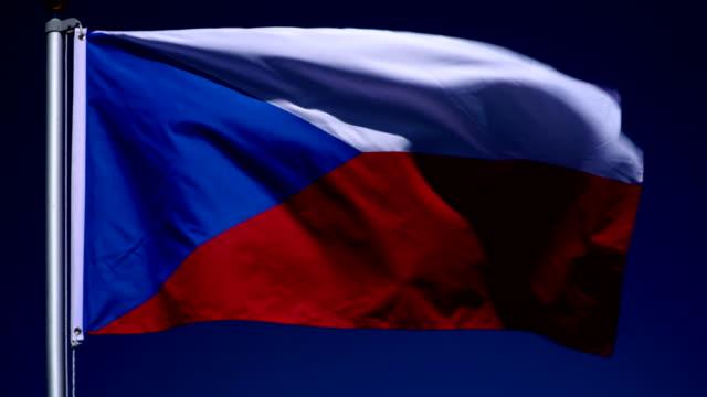 vídeos y material grabado en eventos de stock de 4k: checa bandera en el asta de la bandera frente al aire libre azul del cielo (república checa) - cultura checa