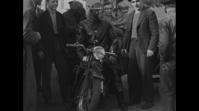 vídeos de stock e filmes b-roll de czech refugees carry salvaged items in sudetenland region at german-czech border / refugees talk with german soldier / mls czech men push motorcycle... - república checa