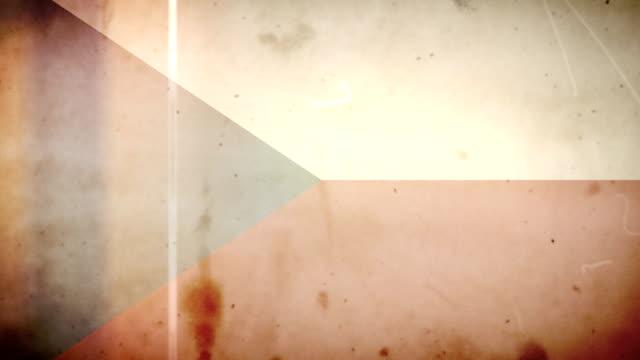 vídeos de stock e filmes b-roll de bandeira da república checa-grunge velho filme loop com áudio - fuga de luz