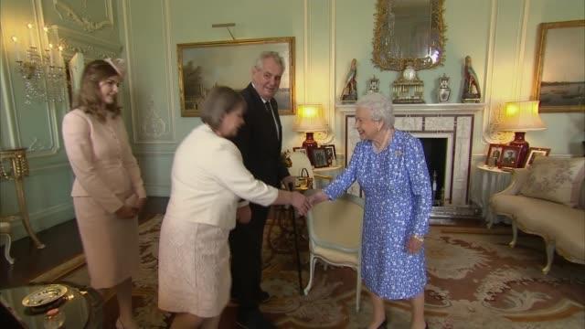 vídeos de stock, filmes e b-roll de czech republic president milos zeman meets queen elizabeth ii at buckingham palace england london buckingham palace photography*** czech republic... - 2017